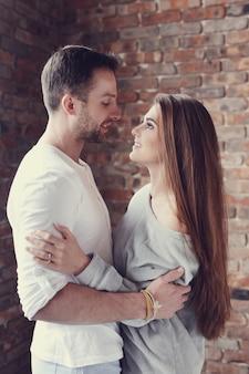 Прекрасная пара обниматься дома