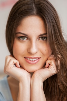 若い美しい女性の肖像画