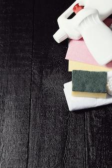 木製の床に設置された清掃用具