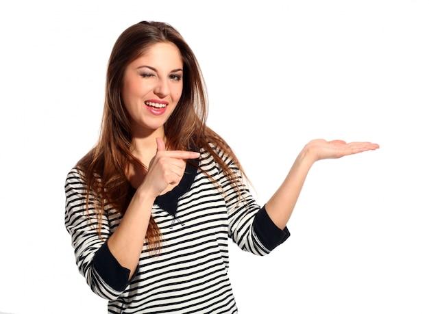 美しい若い女性は何かを示しています