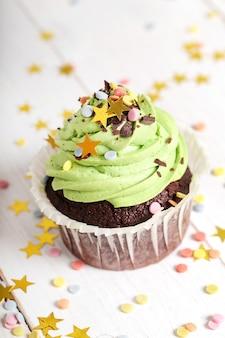 振りかけると星で飾られたカップケーキ