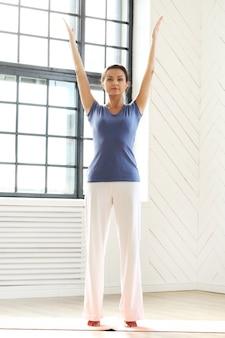 Молодая женщина делает упражнения