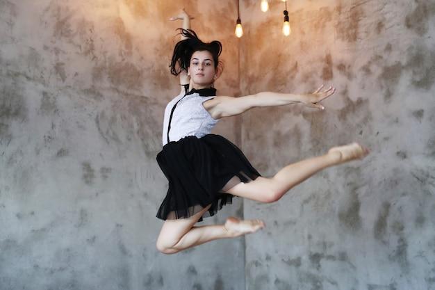 空気中のジャンプ若いバレリーナ