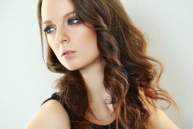美しい若い女性がポーズ