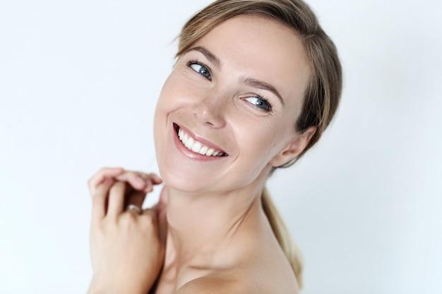 美しい若い女性の笑顔とポーズ