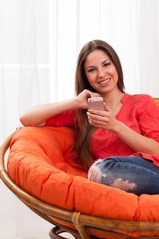 Красивая женщина, держащая смартфон