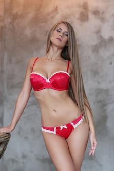 赤い下着でポーズ美しい金髪の女性