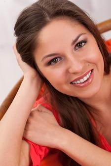 笑顔の若い美しい女性