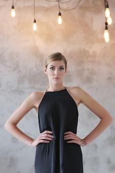 黒のドレスで素敵な女性