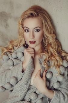 Великолепная женщина с серым свитером