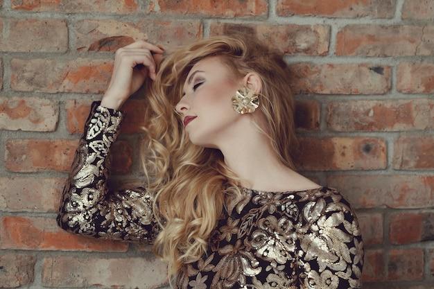 黄金のドレスでゴージャスな女性