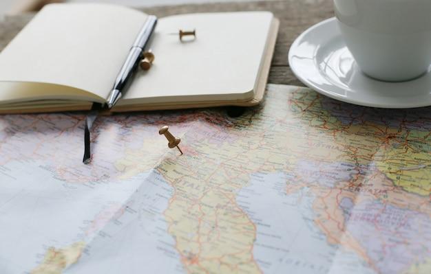 Карта путешествий, дневник и кофейная чашка
