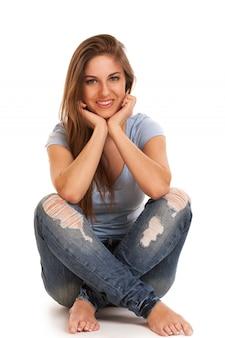 Молодая счастливая женщина сидит