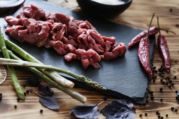 食事用の食材を使った生肉