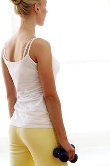 美しい女性のフィットネス演習を行う