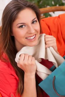 自宅で買い物袋を持つ女性