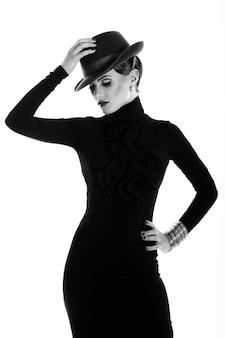 若くて美しい女性の帽子