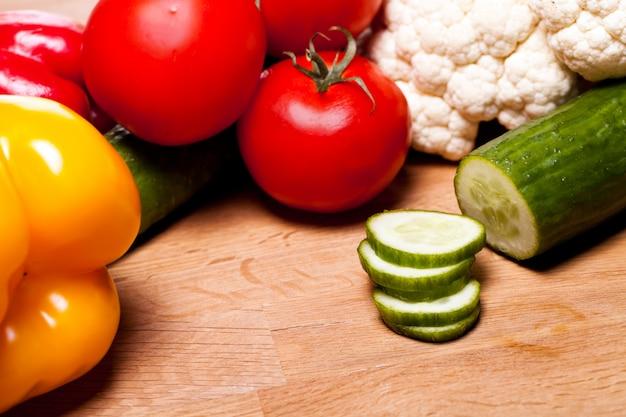木製のテーブルにさまざまな野菜