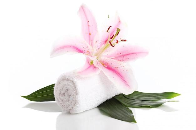 タオルとピンクのユリの花