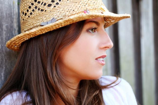 麦わら帽子の若くて美しい女性