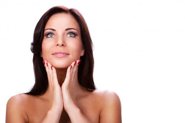 Молодая и красивая женщина с чистой кожей