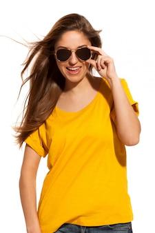 Положительная молодая женщина в солнечных очках