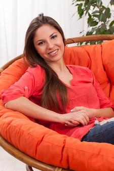 椅子の若い美しい女性