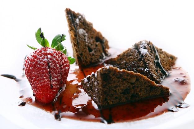 Сладкий фруктовый торт с клубникой