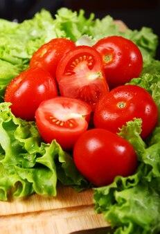 Свежие и влажные помидоры