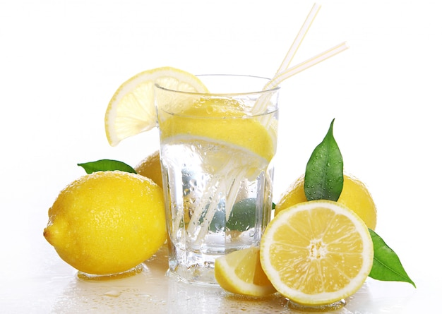 Коктейль со свежими лимонами
