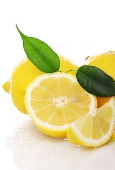 白の新鮮な黄色のレモン