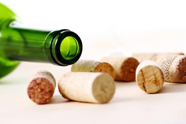 テーブルの上のワインのコルク