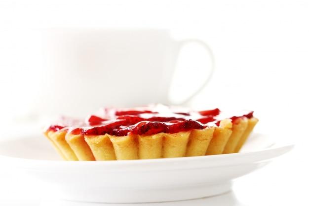 Свежий клубничный торт и чашка кофе