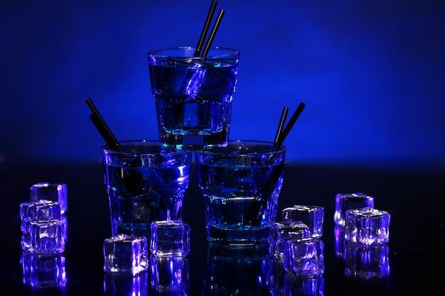 冷たい青いカクテル