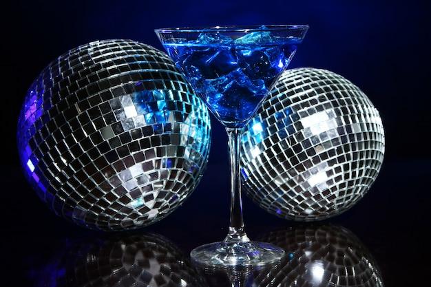 ディスコボールと冷たい青いカクテル