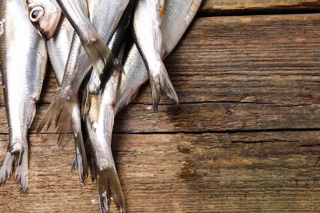 Свежая вкусная рыба на деревянный стол