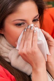 Молодая женщина сидит дома с холода