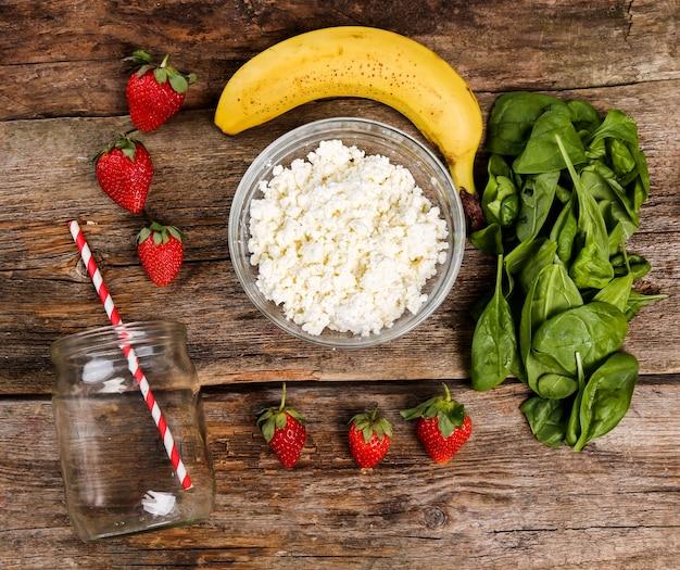 Здоровая еда на деревянном столе