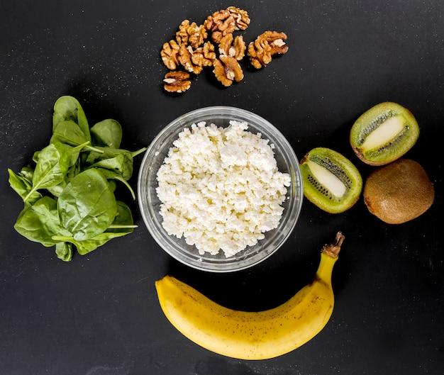 Здоровая пища на темном