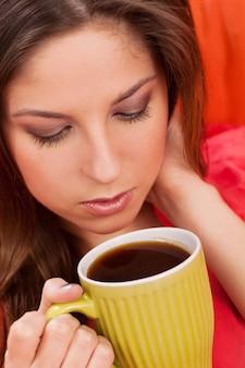Красивая женщина с чашкой дома