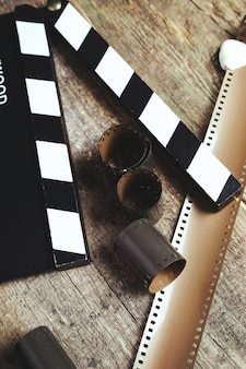 ビンテージリールカメラテープと木のカチンコ