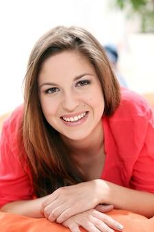 幸せな若い女性の肖像画