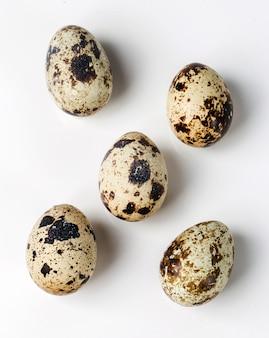 白いテーブルのウズラの卵