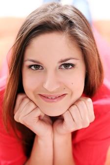 Портрет счастливой молодой женщины