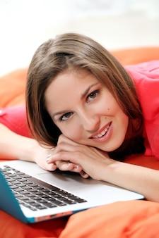 Счастливая молодая женщина с ноутбуком