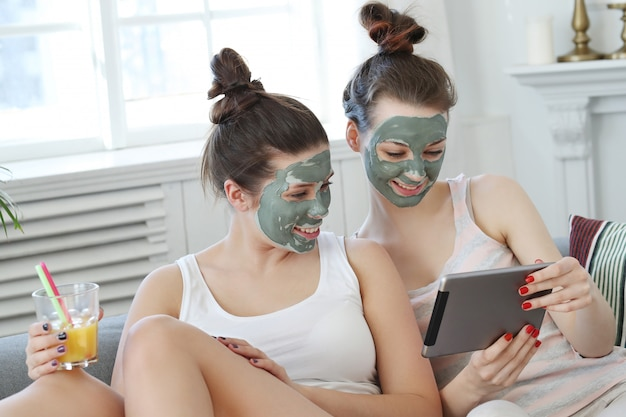 Женщины с маской для лица, концепцией красоты и ухода за кожей
