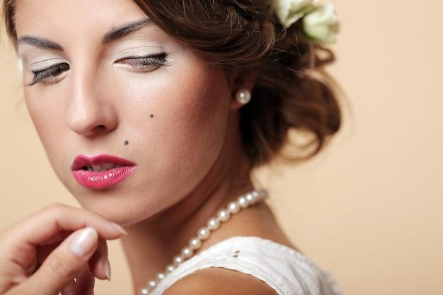 かわいいと若い女の子が結婚の準備