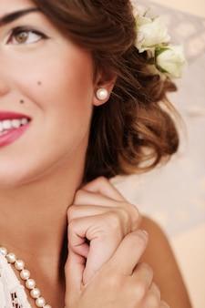 Симпатичная и молодая девушка готовится к браку