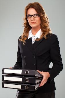 フォルダーと魅力的な白人女性実業家