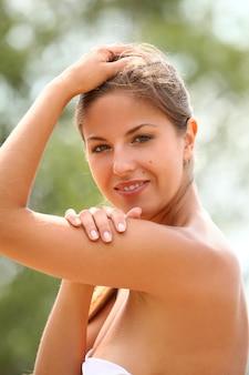 美しい女性は夏を楽しんでいます